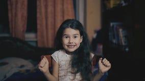 奇迹传播的女孩她的胳膊惊奇 突然情感女孩概念 少许惊奇的可爱愉快 股票视频