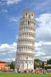 奇迹正方形的游人参观斜塔的在比萨,意大利 免版税库存照片