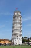 奇迹正方形的游人参观斜塔的在比萨,意大利 库存图片