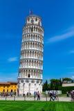 奇迹正方形的游人参观斜塔的在比萨 库存照片
