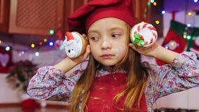 奇迹美丽的厨师女孩保持平衡在照相机用圣诞节杯形蛋糕 股票视频