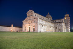 奇迹视图在晚上摆正-广场dei Miracoli在比萨 库存照片