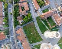 奇迹顶上的全景鸟瞰图在比萨,意大利摆正 图库摄影