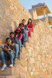奇陶尔加尔,拉贾斯坦,印度- 2017年12月12日:参观勒坦辛哈宫殿的年轻印地安游人画象被找出里面 库存图片