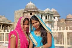 奇陶尔加尔,拉贾斯坦,印度- 2017年12月13日:两个美丽的少妇画象穿戴了与有勒坦的Si五颜六色的莎丽服 免版税库存照片