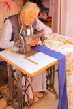 奇陶尔加尔,拉贾斯坦,印度- 2017年12月13日:在工作在他的缝纫机的一个老裁缝人的特写镜头他的商店外  免版税库存照片