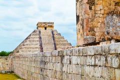 奇琴伊察-玛雅人Toltec文明,金字塔的看法的盛大中心从体育场的 免版税库存图片