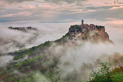 奇维塔二巴尼奥雷焦,维泰博,拉齐奥:风景在与雾的黎明 库存照片
