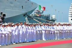 奇维塔韦基亚罗马意大利从意大利海军的有些水手部署在等待当局的高山军舰下为天 免版税库存照片