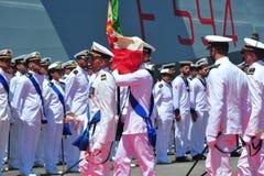奇维塔韦基亚罗马意大利从意大利海军的有些水手部署在等待当局的高山军舰下为天 免版税图库摄影