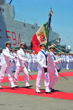 奇维塔韦基亚罗马意大利从意大利海军的有些水手部署在等待当局的高山军舰下为天 库存图片