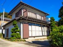 奈良,日本- 2017年7月26日:一个房子的看法有秋天风景、黄色、橙色秋天树和叶子的,五颜六色 库存图片