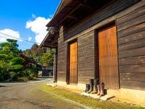 奈良,日本- 2017年7月26日:一个房子的看法有秋天风景、黄色、橙色秋天树和叶子的,五颜六色 免版税库存图片