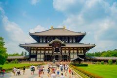 奈良,日本- 2017年7月26日:人人群Todai籍输入的逐字地意味东部伟大的寺庙 这个寺庙 图库摄影