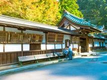 奈良,日本- 2017年7月26日:坐在一个大厦里面的未认出的人民在庭院里在Todai籍寺庙,在东京 库存照片
