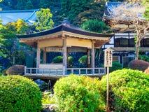 奈良,日本- 2017年7月26日:坐在一个大厦里面的未认出的人民在庭院里,享用池塘在Todai 免版税图库摄影