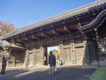 奈良,日本- 2017年7月26日:大厦和享受看法的输入的未认出的人美丽 库存照片