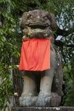 奈良,日本- 2017年5月31日:石监护人狮子狗, Komainu, w 库存图片
