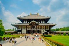 奈良,日本- 2017年7月26日:走在Todai籍的未认出的人民逐字地意味东部伟大的寺庙 这个寺庙 免版税库存照片