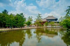 奈良,日本- 2017年7月26日:未认出的人民走到有后边一个东部伟大的寺庙的Todai籍寺庙的和a 库存照片