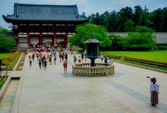 奈良,日本- 2017年7月26日:走在Todai籍的未认出的人民逐字地意味东部伟大的寺庙 这个寺庙 免版税图库摄影
