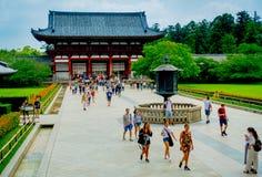 奈良,日本- 2017年7月26日:走在Todai籍的未认出的人民逐字地意味东部伟大的寺庙 这个寺庙 免版税库存图片