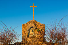 奉献的寺庙、小教堂缩样的与一个小十字架和我们的夫人的表示法日落的 免版税库存图片