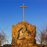 奉献的寺庙、小教堂缩样的与一个小十字架和我们的夫人的表示法日落的 库存照片