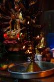 奉献的蜡烛和香火,与菩萨 库存照片