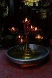 奉献的蜡烛和香火,与菩萨 库存图片