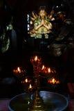 奉献的蜡烛和香火,与菩萨 免版税库存图片