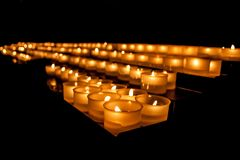 奉献的蜡烛在一个基督教会里 免版税库存图片