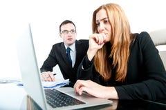 奋斗与困难的工作的企业同事在办公室 免版税库存照片