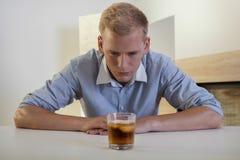 奋斗与酒精问题的商人 免版税库存照片