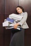 奋斗与重的文件的女实业家 库存照片