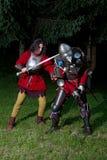 奋斗为生存的两个骑士在黑暗的森林里 免版税图库摄影