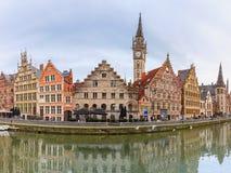 奎伊Graslei全景在跟特镇,比利时 库存图片