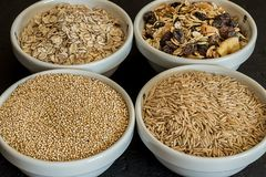 奎奴亚藜、糙米和燕麦 健康整个五谷谷物 素食主义者食物概念 免版税库存图片