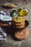 奎奴亚藜油炸馅饼用夏南瓜、大蒜和葱服务与酸奶垂度 免版税库存照片