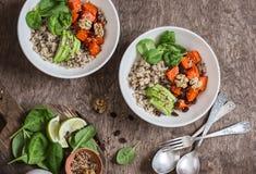 奎奴亚藜和南瓜碗 素食主义者,健康,饮食食物概念 在一张木桌上,顶视图 图库摄影