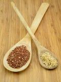 奎奴亚藜和米在木匙子 免版税库存图片