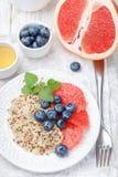 奎奴亚藜粥用葡萄柚,新鲜的莓果蓝莓 库存照片