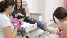 契合修指甲和修脚的妇女 影视素材