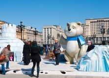 索契奥林匹克的标志在Manezh广场的在2013年4月13日的莫斯科在莫斯科 免版税库存照片