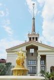 索契海口大厦和一个雕塑在它前面 图库摄影