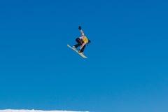 2017 04索契,俄罗斯,节日NewStarCamp :挡雪板从一个高跳板跳 免版税库存照片