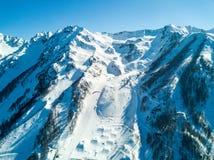2017 04索契,俄罗斯,节日NewStarCamp :滑翔伞飞行在滑雪胜地的山 库存图片