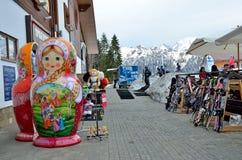 索契,俄罗斯, 2016年3月, 01日,在滑雪复合体的最大的玩偶 库存图片