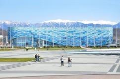 索契,俄罗斯, 2016年3月, 01日,走在冰宫殿冰山附近的人们在索契奥林匹克公园 库存照片