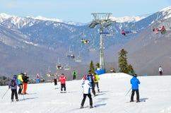 索契,俄罗斯, 2016年3月, 01日,滑雪在倾斜的人们在滑雪复合体俄罗斯天然气工业股份公司 免版税图库摄影